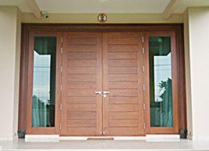 ประตูบานสวิงไม้